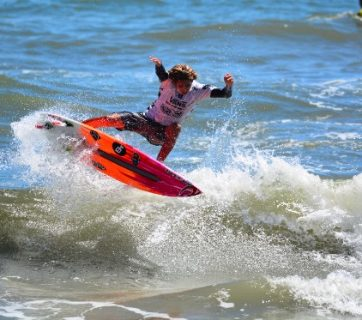Samuel Pupo (BRA) put together a quality day of surfing in the Vans Pro Junior, posting two heat wins with some impressive numbers. Image: WSL/ John W. Ferguson