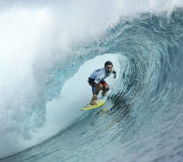 Event wildcard and 2008 Billabong Pro Tahiti winner, Bruno Santos (BRA), will advance to the Quarterfinals after defeating 11-time WSL Champion Kelly Slater (USA) and Adrian Buchan (AUS) in Round 4 Heat 2. Santos also upset the competition by eliminating current Jeep Frontrunner Matt Wilkinson (AUS) in Round 3 Heat 6. Image: © WSL / Cestari
